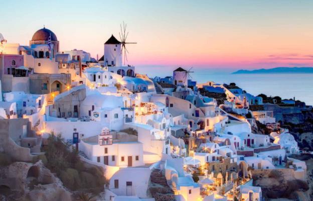 8 Λόγοι για να πας διακοπές στη Σαντορίνη!