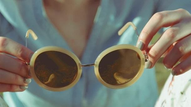 Στην μόδα τα τελευταία χρόνια είναι τα γυαλιά που έχουν χρωματιστούς φακούς  ή με εφέ καθρέφτη. Ειδικά σε αυτές τις περιπτώσεις θα πρέπει να επιλέγεις  ... 2e0dc81342b