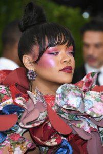 rihanna, psilos kotso, entono roz makigiaz