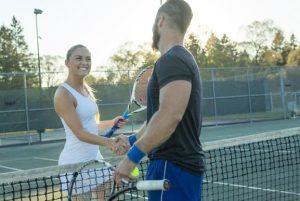 antras ginaika paizoun tennis