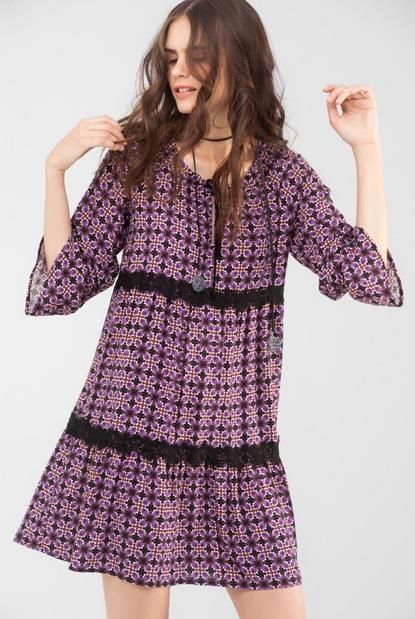 cf70625ceab9 Φέτος το χακί και το εμπριμέ έχουν την τιμητική τους. Ακόμη και στα  φορέματα απαλά χρώματα με εμπριμέ σχέδια ή μονόχρωμα φορέματα με ασύμμετρες  άκρες.