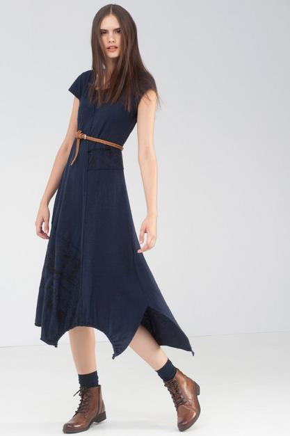 Φέτος το χακί και το εμπριμέ έχουν την τιμητική τους. Ακόμη και στα φορέματα  απαλά χρώματα με εμπριμέ σχέδια ή μονόχρωμα φορέματα με ασύμμετρες άκρες. 2477d2f0965