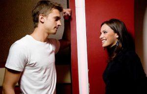 10 Λόγοι που ένας άντρας σε φλερτάρει αλλά δεν κάνει την πρώτη κίνηση!