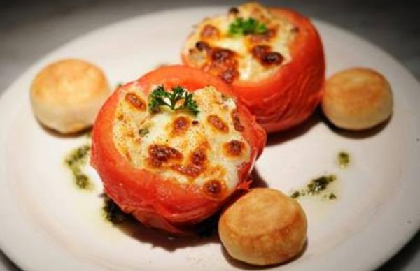 Συνταγή για γεμιστές ντομάτες με αυγά & διάφορα τυριά!