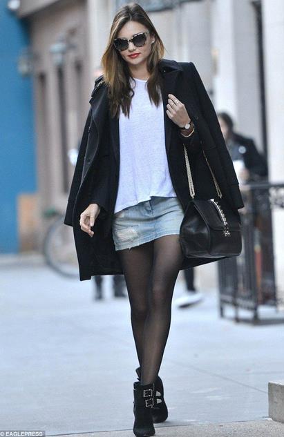 Ο πιο απλός και casual τρόπος είναι να συνδυάσεις την μίνι φούστα σου με  ένα πουλόβερ ή μια πλεχτή μπλούζα c6ca2f4b8d6