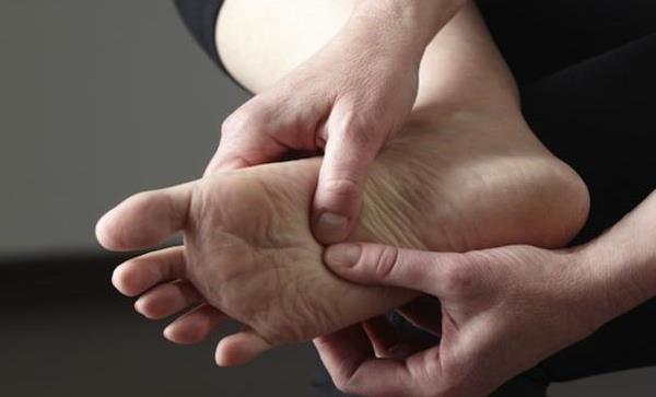 Οι 5 καλύτεροι τρόποι να αντιμετωπίσεις τα πρησμένα πόδια!