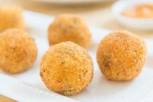 Εύκολη & γρήγορη συνταγή για πατατοκροκέτες με λουκάνικο!