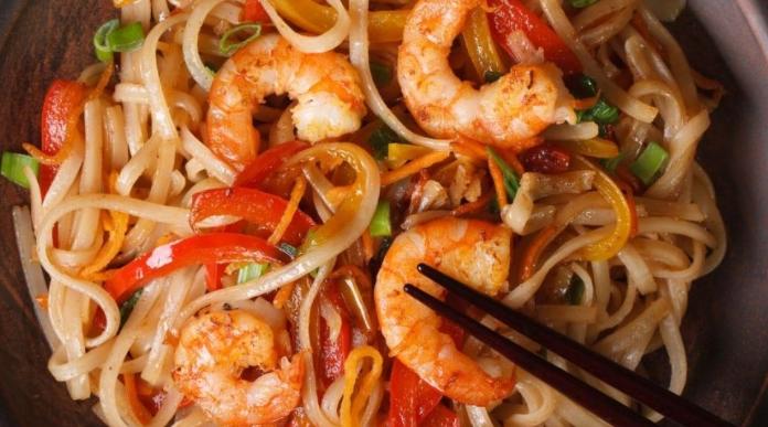 Φτιάξε σε 15' noodles με γαρίδες και σάλτσα κάρυ-καρύδα!