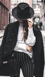 rige panteloni, mavro palto &kapelo