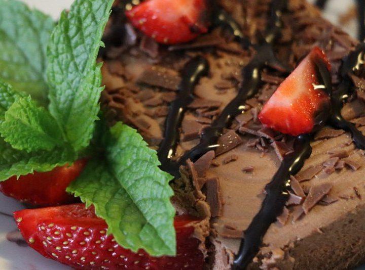 Απλό σοκολατένιο γλυκό για την παρέα με 4 υλικά!