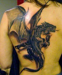 tattoo me louloydia stin plati gynaikas