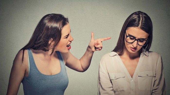 Πώς να τελειώσεις μια φιλία που σε πηγαίνει πίσω στη ζωή σου!