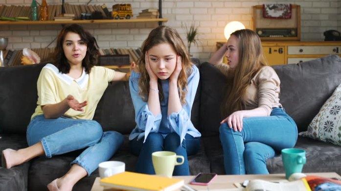 Τι να κάνεις όταν η φίλη σου νιώθει ότι τη ζηλεύεις!