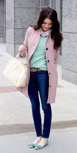 gynaika me palto roz kai balarines