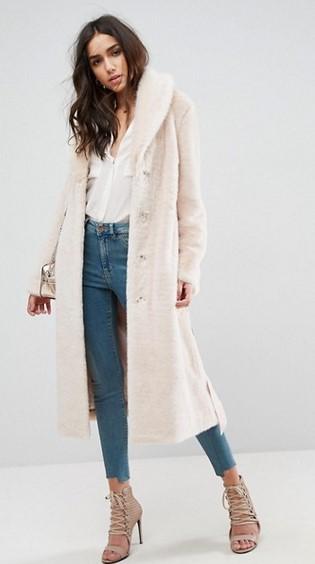 b10e7dce3c30 Ένα πανέμορφο γυναικείο παλτό με γούνινη υφή που εντυπωσιάζει και σε  ζεσταίνει. Το χρώμα του είναι απαλό και συνδυάζεται άψογα με όλα τα ρούχα.  (Buy now)