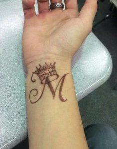 tatouaz korona me kalligrafiko m