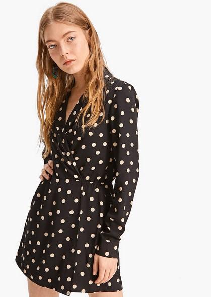 f1e80e13d6 Έντονη η παρουσία του floral και των μοτίβων στα φορέματα. Προτιμούνται  κυρίως τα φορέματα σε ίσια γραμμή και λιγότερο σε εφαρμοστή.