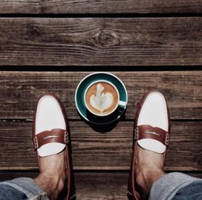 fwtografia me papoutsia kai kafe
