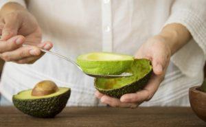 pos na kathariseis ena avocado