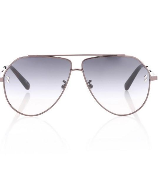8a02ae7bf2 Μια παραλλαγή στα Aviator γυαλιά ηλίου μιας και το κόψιμο τους είναι λίγο  πιο «άγριο». Μοναδικός ο ασημί σκελετός και τα ασημί τζάμια που στο τέλος  ...