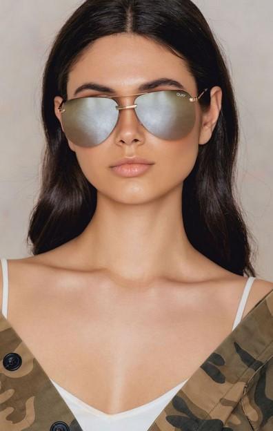 9d0bf8d271 Ασημί τζάμια καθρέφτες και το στυλ των γυαλιών Aviator. Ταιριαστά σε σχεδόν  όλα τα πρόσωπα