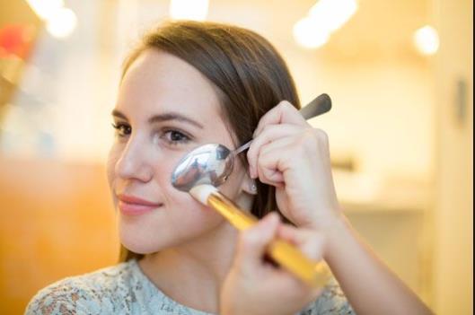 6 Τρικ ομορφιάς που μπορείς να κάνεις με ένα κουτάλι!