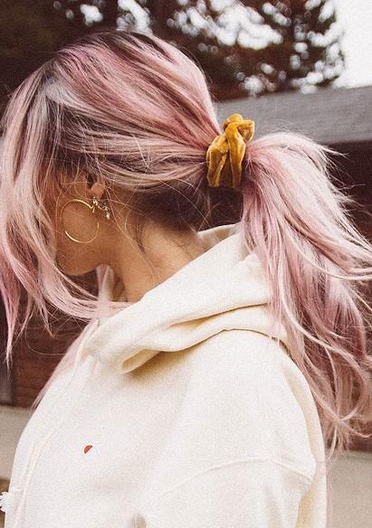 Ο πιο κλασικός τρόπος που μπορείς να φορέσεις το scrunchie σου είναι η  κοτσίδα. Είτε σε ψηλή αλογοουρά 50a60586e84