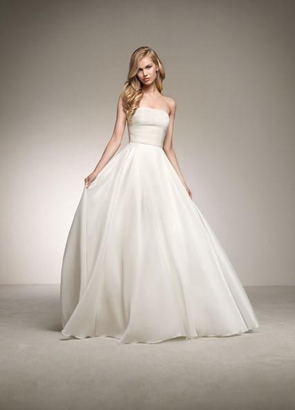 d79f46cdd0a2 Ποιο κορίτσι δεν έχει ονειρευτεί να φορέσει το πλούσιο νυφικό σαν σωστή  πριγκίπισσα; Όλες το έχουμε φανταστεί και ονειρευτεί και ο οίκος Pronovias  το κάνει ...