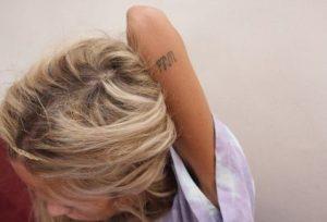 tatouaz panw apo agkwna