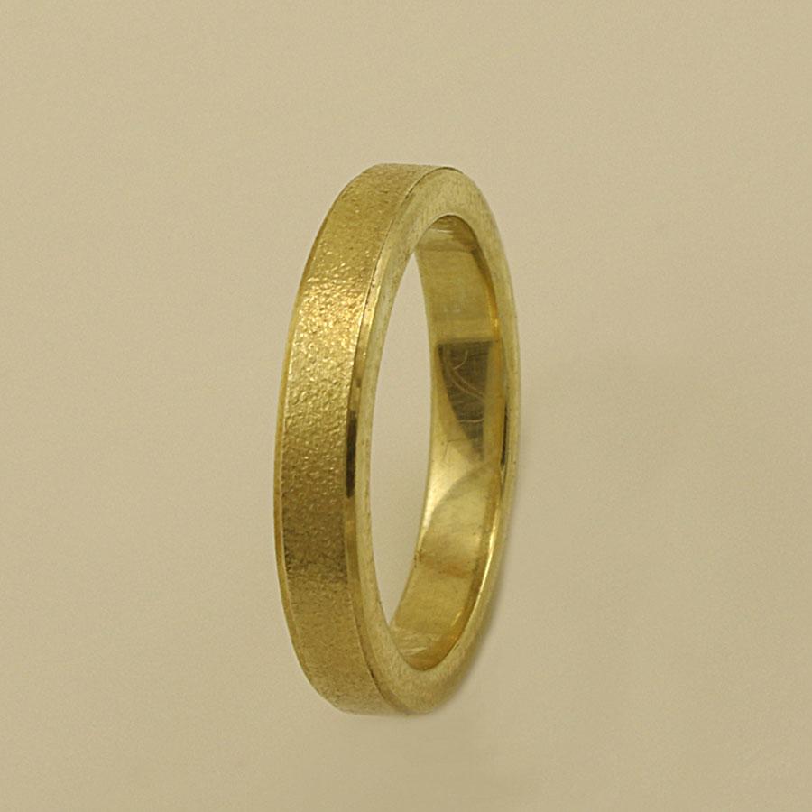 Το χρυσό χρώμα στη βέρα μαρτυράει διαχρονική ομορφιά που μένει αναλλοίωτη  για πολλά χρόνια και σίγουρα είναι πολύ εντυπωσιακό και γοητευτικό. 1a05f76df17