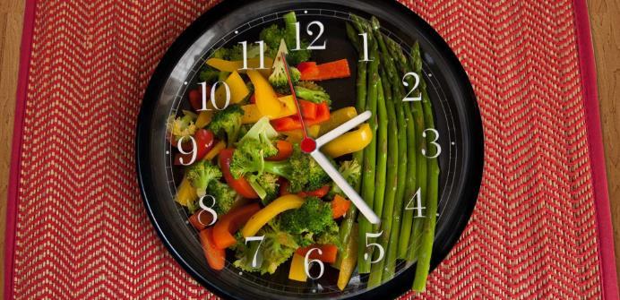 Πρέπει να τρώμε συγκεκριμένες ώρες για να αδυνατίσουμε;