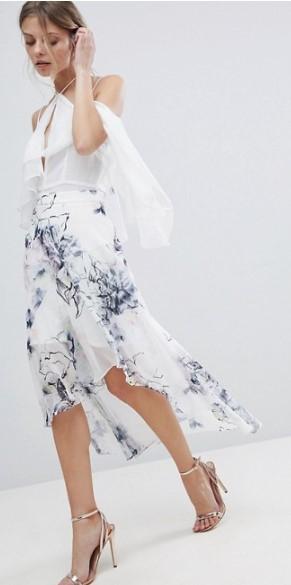 Οι midi φούστες μπορούν να συνδυαστούν με μια πληθώρα από μπλουζάκια και crop  top 183c81aced9