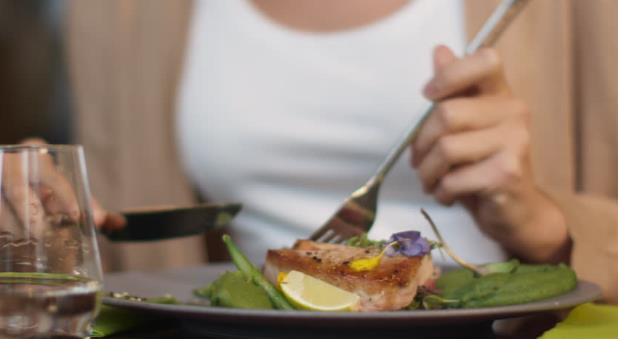 Πώς να φας υγιεινά σε fast food και εστιατόρια!