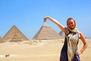 gynaika stis pyramides