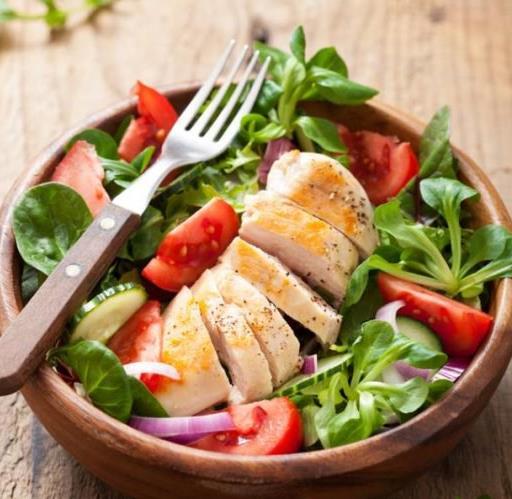 Πεντανόστιμη σαλάτα με κοτόπουλο και σως γιαουρτιού!