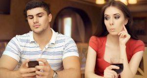 Είναι σωστό να ψάχνεις το κινητό του συντρόφου σου;