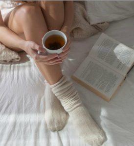 kopela pinei kafe, diavazei, fora kaltses