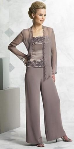 86e8b01b57b3 Οι παντελόνες κερδίζουν όλο και περισσότερο έδαφος στην επιλογή ρούχων για  τη μαμά της νύφης