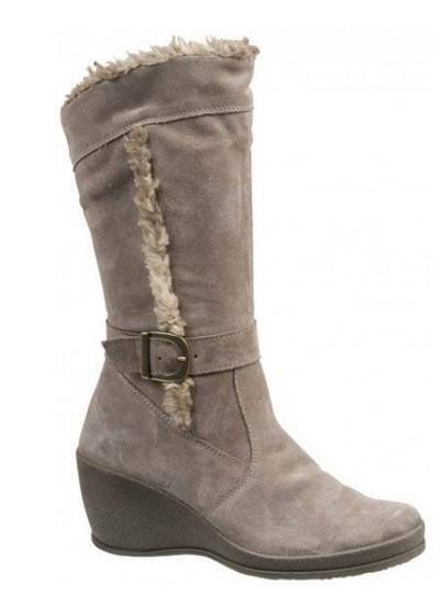 56afeed9f3 Αυτή η δερμάτινη μπεζ μπότα μπορεί να φορεθεί από την ημέρα έως το βράδυ  και να σε βγάλει ασπροπρόσωπη με την κομψή και άνετη σχεδίαση της. (Buy now)