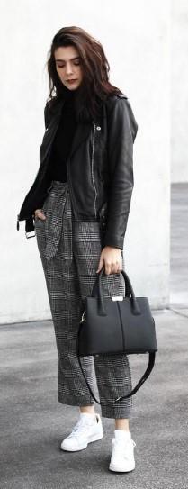 67924cebf4d4 Ένα υφασμάτινο παντελόνι ταιριάζει τέλεια με το δερμάτινο μπουφάν σου