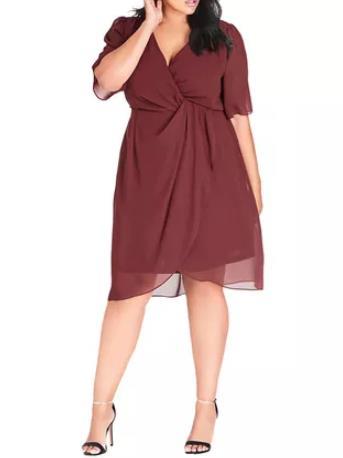 587edfac5b67 Το επίσημο φόρεμα είναι πάντα η πρώτη επιλογή για έναν γάμο. Στους  φθινοπωρινούς γάμους που θα πας μπορείς να διαλέξεις δαντελωτό midi φόρεμα  και να ...