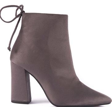 85ea9aa1ea9 Ακόμη, τα μποτάκια με ψηλό τακούνι αποτελούν μία διαχρονική κι ελκυστική  αγορά για όλες τις γυναίκες. Σε αντίθεση με τις μπότες που φτάνουν μέχρι το  γόνατο ...