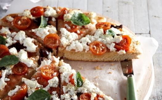 Πεντανόστιμη πίτσα με φέτα, ελιές, ντοματίνια & βασιλικό!