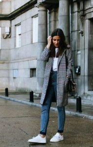karo palto, sneakers, jeans