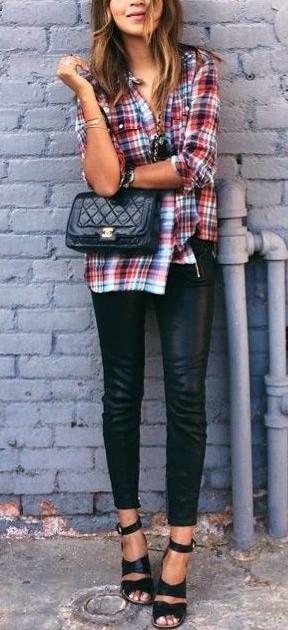 Συνδύασε ένα casual καρό πουκάμισο με δερμάτινο παντελόνι. Πρόσθεσε τα  τακούνια για να κάνεις το look σου πιο ιδιαίτερο. Βέβαια 9713f63969d