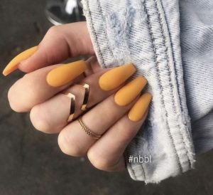 moustardi matte manicure