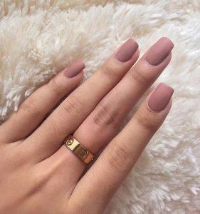 tetragwno,matte nude manicure