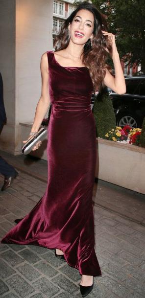 Τόσο στην υφή όσο και για το στυλ που δίνουν στο γυναικείο σώμα αξίζει να  έχεις ένα καλό βελούδινο φόρεμα στην ντουλάπα ... 82749e23431