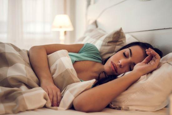Γιατί είναι τόσο κακό να κοιμόμαστε με το μακιγιάζ μας;