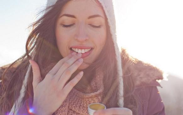 Πως να φροντίσεις τα ξηρά σου χείλη με φυσικά προϊόντα!